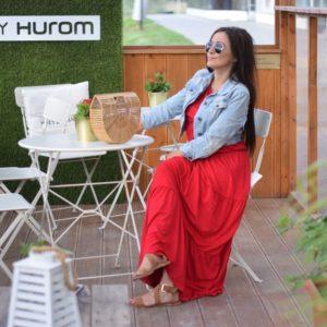 Czerwona sukienka hiszpanka w romantycznej stylizacji