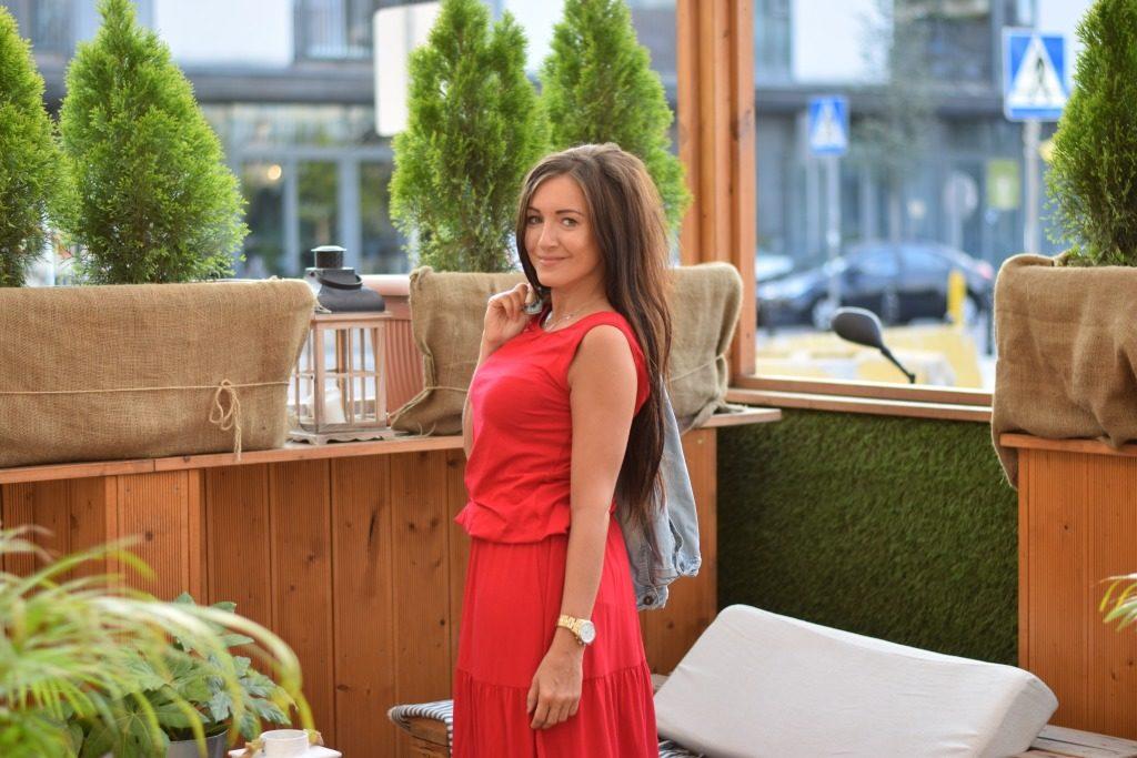 stylizacja w czerwonej sukience