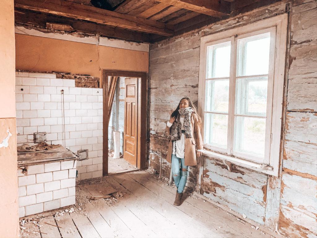 remont starej drewnianej chaty na wsi