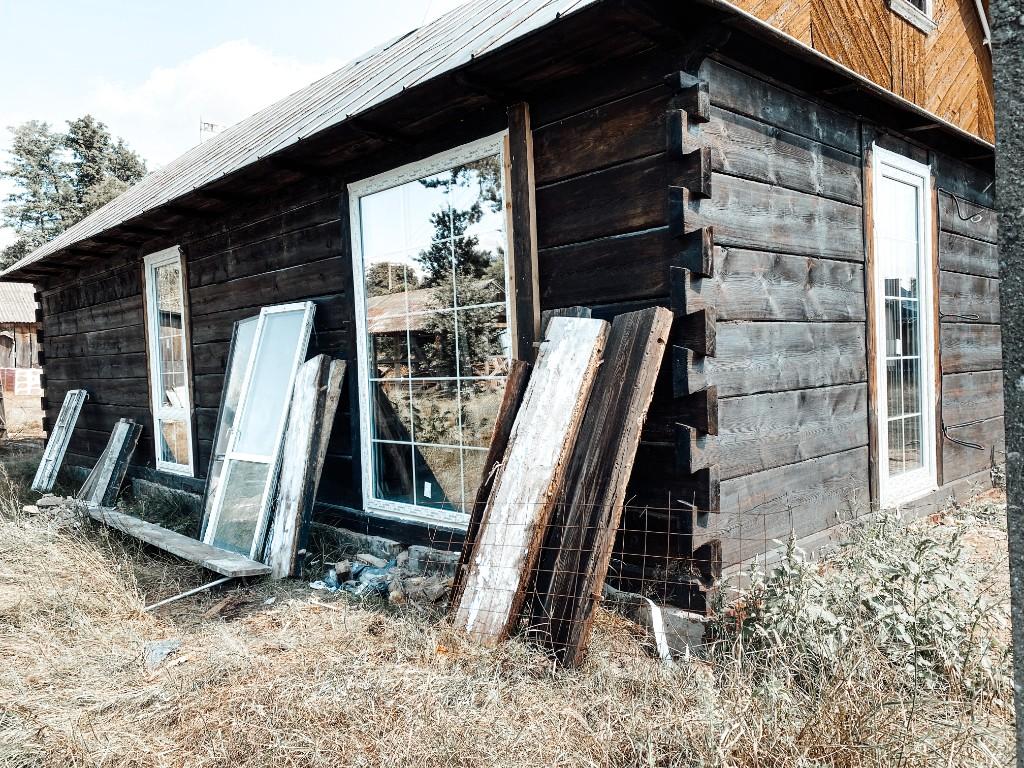 okno ze szprosami w domu drewnianym
