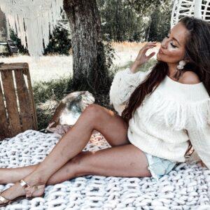 Stylizacja boho w moim wydaniu – biały sweter z frędzlami