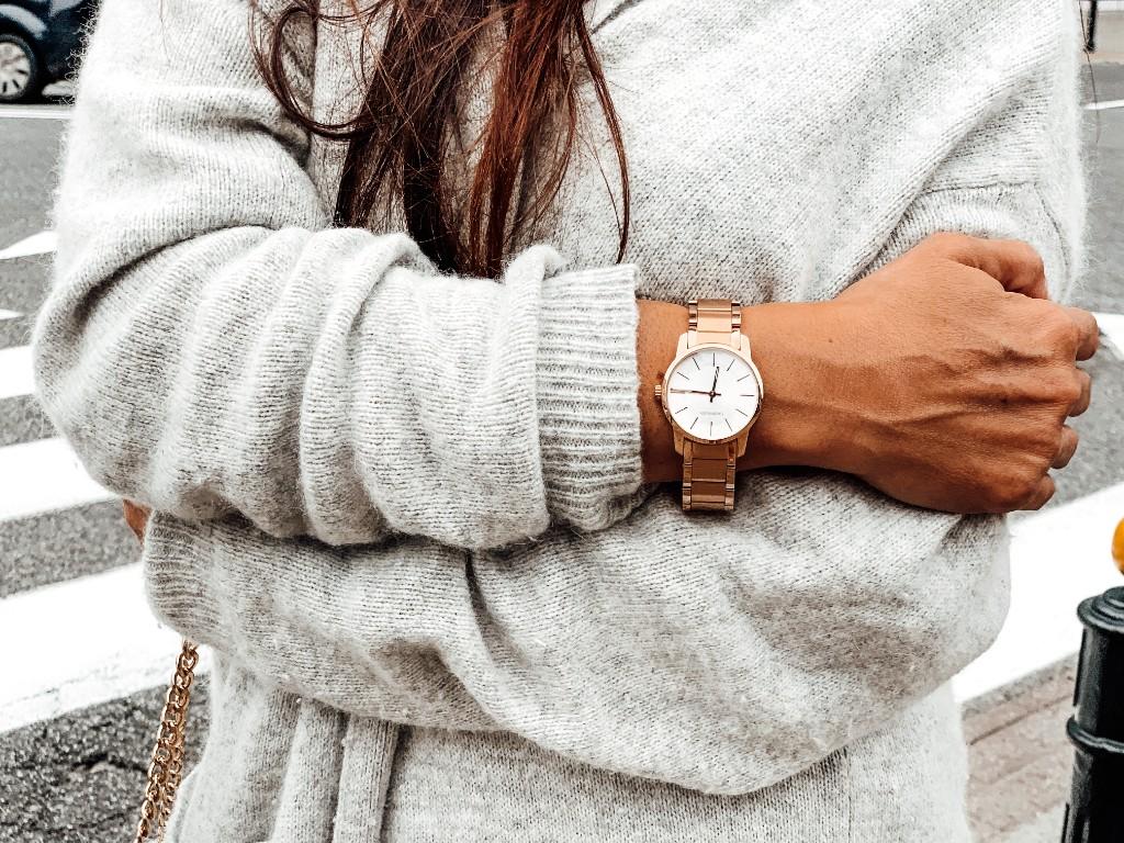 złoty zegarek do swetra