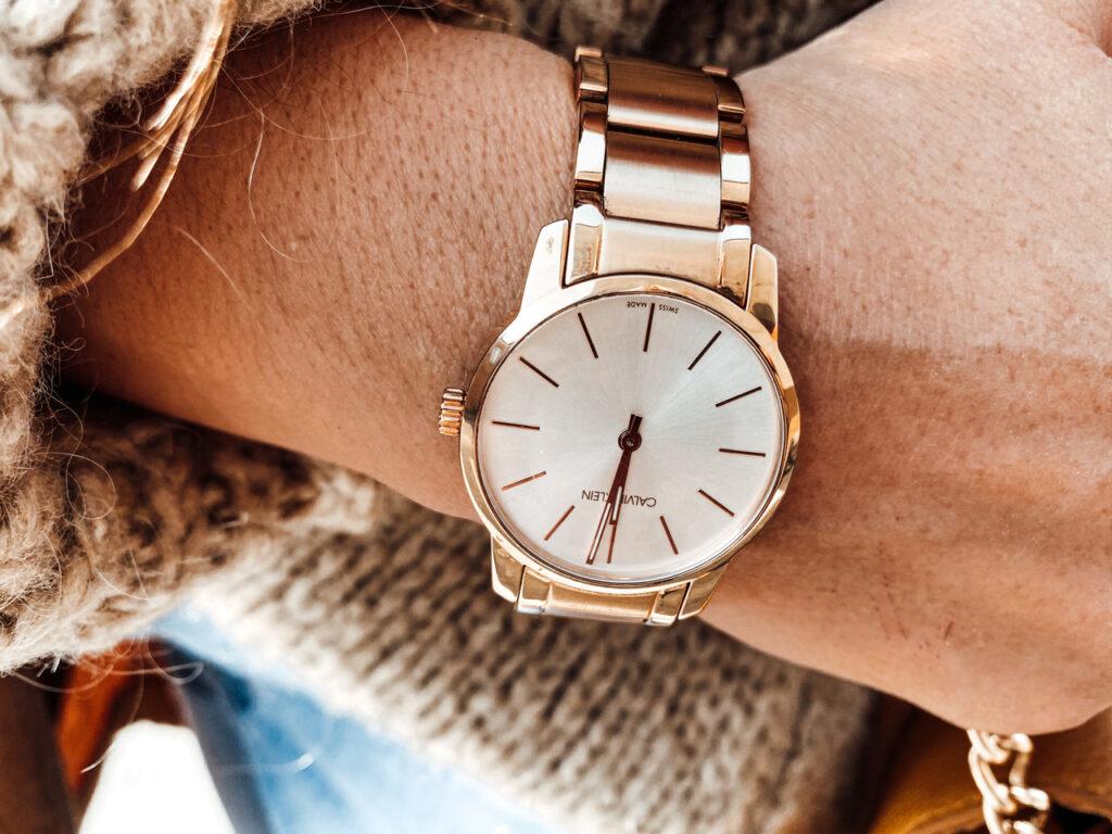 złoty zegarek w stylizacji