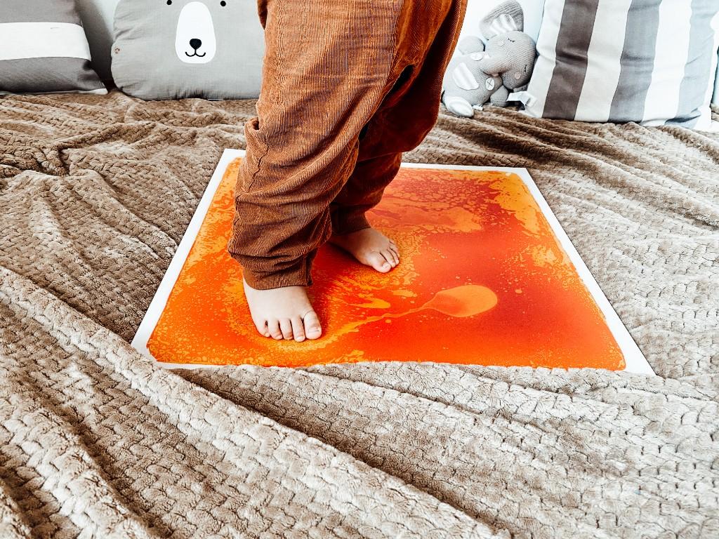 zabawka sensoryczna podłoga z cieczą