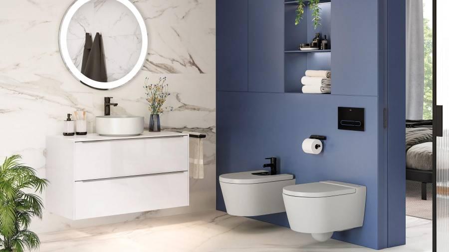 łazienka z elementami niebieskieg