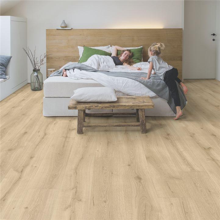 jasna podłoga drewniana do sypialni