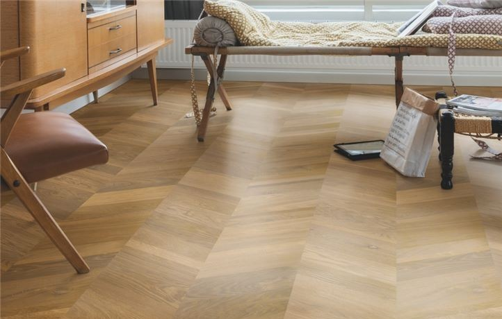 drewniany-parkiet-w-salonie