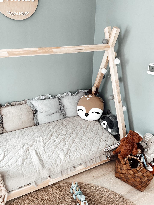 łóżeczko dla dziecka na podłodze