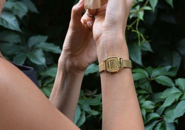 złoty zegarek damski casio