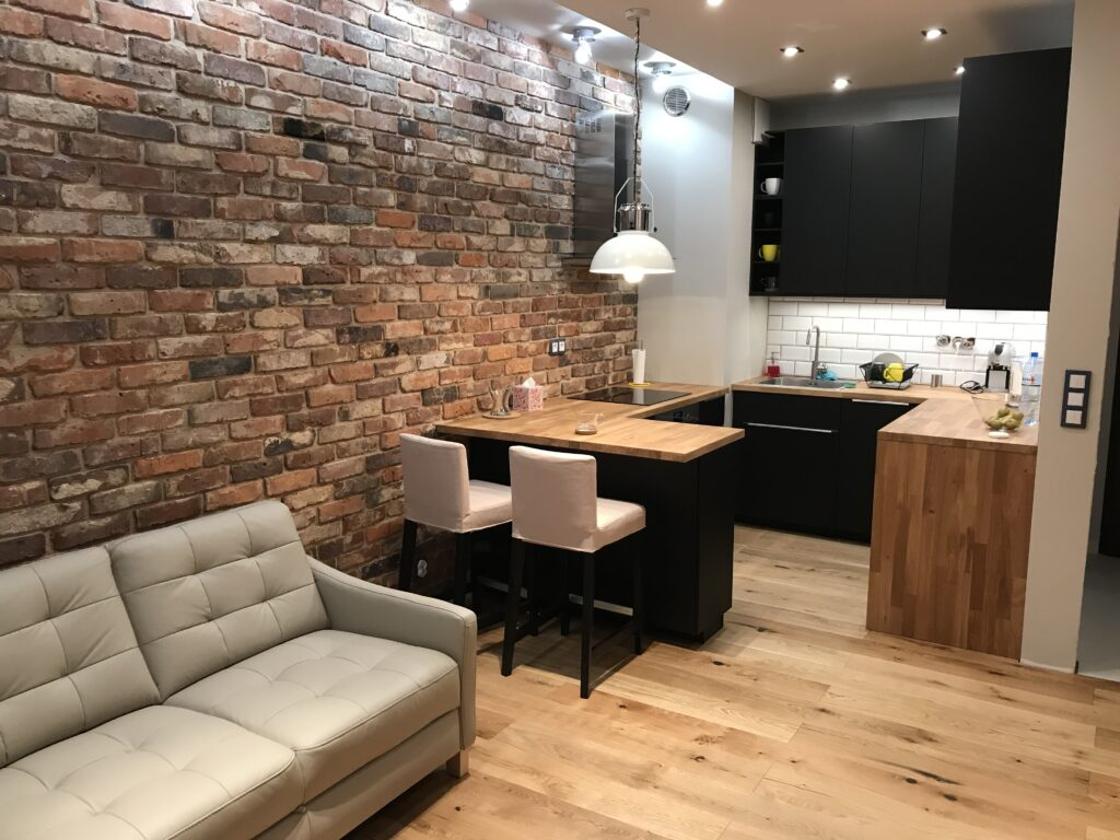 ściana w kuchni z cegły