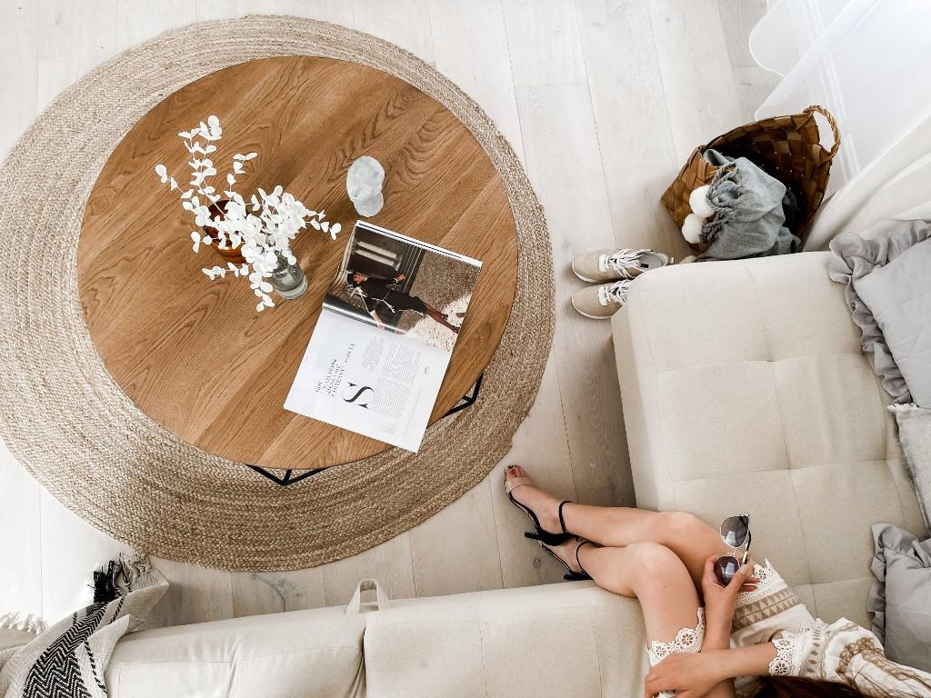 brązowy stolik drewniany
